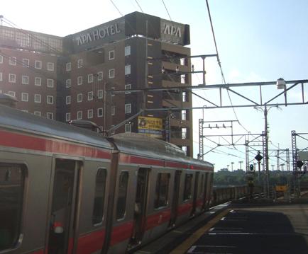京葉線潮見駅から見たアパホテル<潮見駅前>