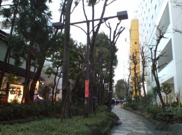 ベストウェスタン新宿と遊歩道「四季の道」