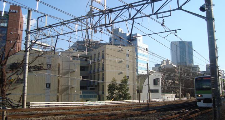 JR山手線と「ドーミーインPREMIUM渋谷神宮前」
