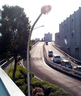 「入谷口通り」の坂道