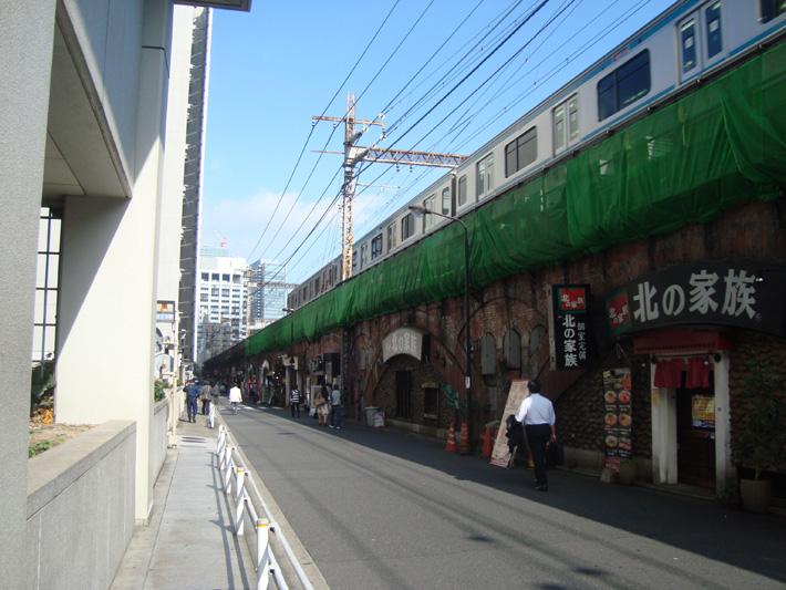 東電本社付近のJR高架線。正式名称「新永間市街線高架橋」