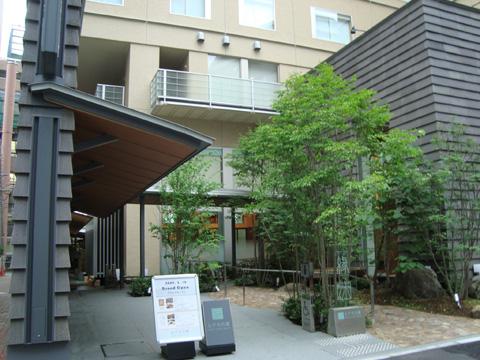 庭のホテル東京の玄関付近
