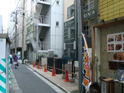 リトリート虎ノ門前の細い路地