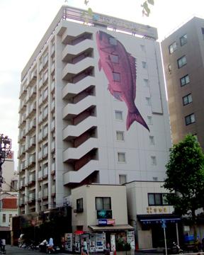 東急ステイ東銀座:壁面の巨大な魚のイラストが目印。