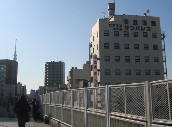 南千住の歩道橋とビジネスホテルサンパレス