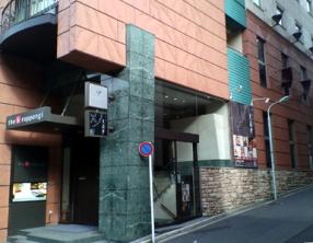 「瀬里奈」エリアに通じるザ・ビー六本木脇の坂道