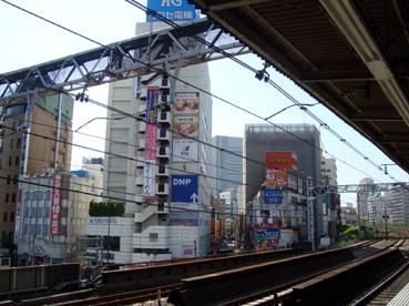 山手線五反田駅ホームから見た東興ホテル