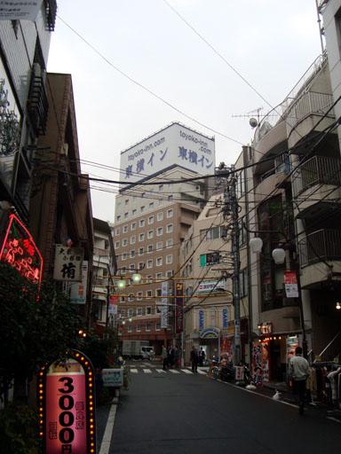 東横イン山手線大塚駅北口2全景と周囲の飲食店