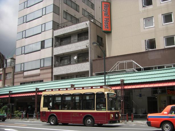 ホテルユニゾ浅草前をのんびり走る「めぐりん」。