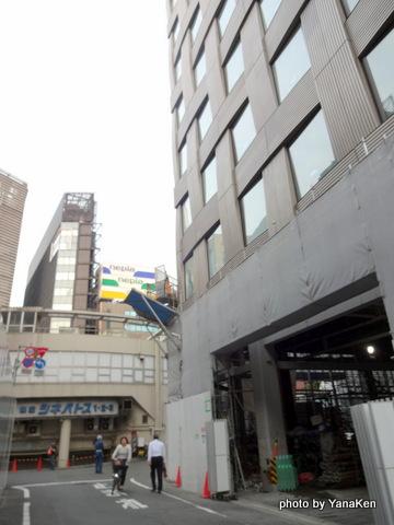 建設途上のミレニアム三井ガーデンホテル東京と閉鎖された三原橋地下街