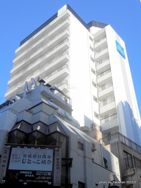 落成間近の東急ステイ新宿と足元の飲食店(2015/2)